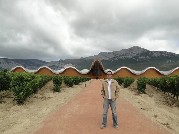 Christiano Abreu numa das viagens pelos 43 países que passou. Blog Vem Por Aqui