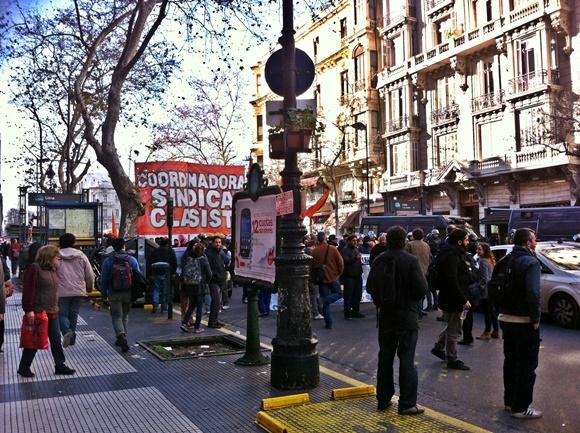 Protesto nas ruas de Buenos Aires Blog Vem Por Aqui