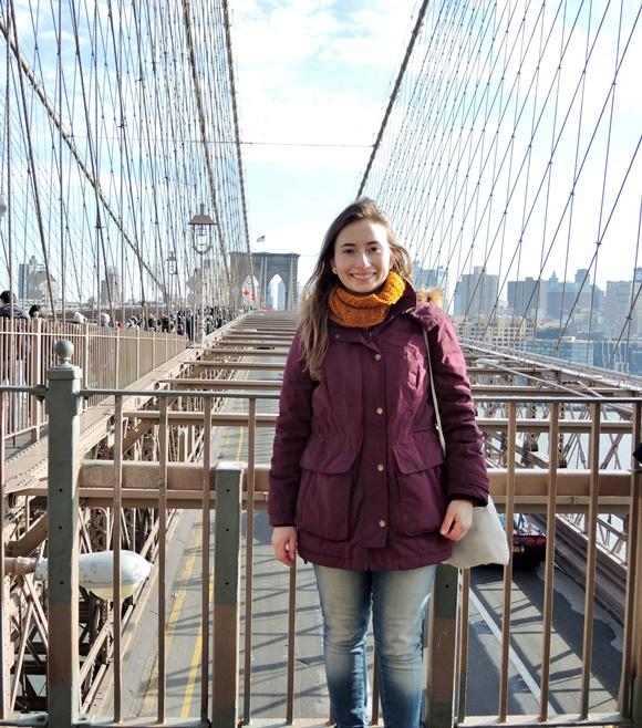 Dilian Caiafa na Brooklin Bridge, em Nova Iorque Blog Vem Por Aqui