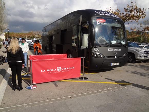 001d83cb3 O ônibus especial que leva os consumidores ao La Roc Vilage Blog Vem Por  Aqui