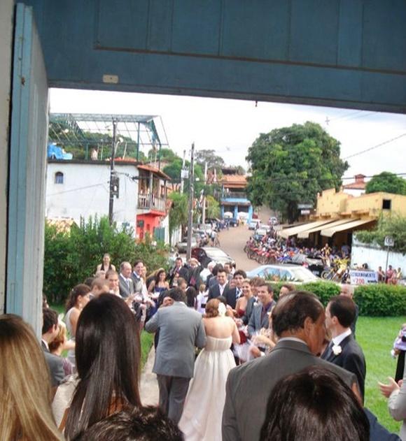 Convidados e noivos saindo da igreja no casamento de Érika Gimenes Blog Vem Por Aqui