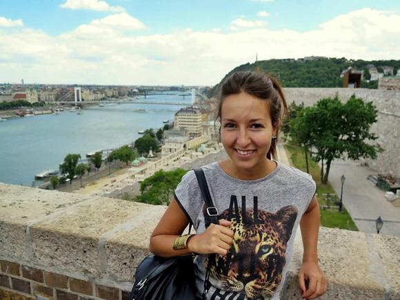 Fanny diante de uma das vistas do Danúbio Blog Vem Por Aqui