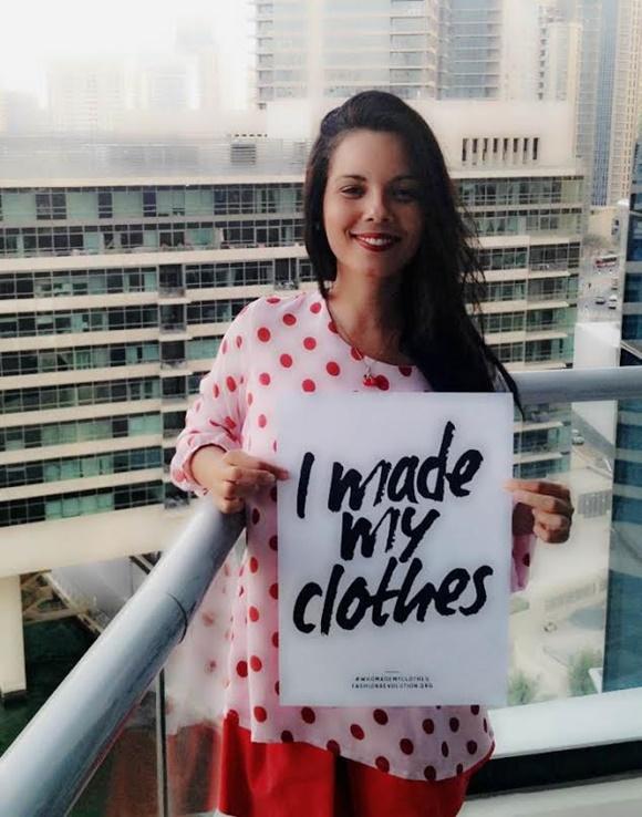 Paty segurando cartaz da campanha do Fashion Revolution Blog Vem Por Aqui