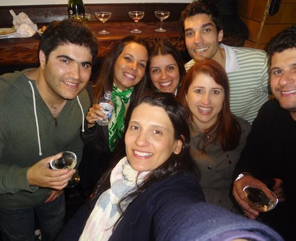Grupo de amigos na Can Paixano Blog Vem Por Aqui