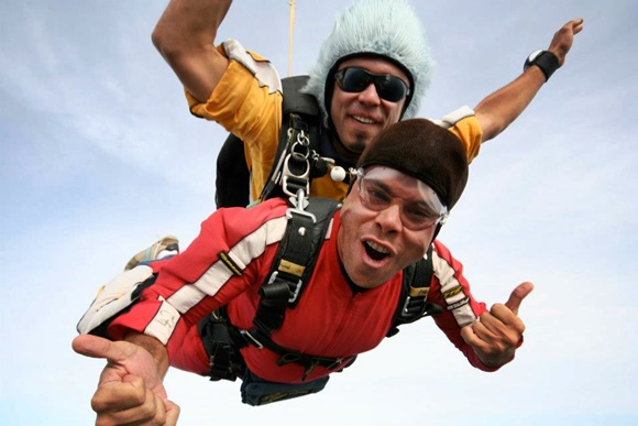 Fred saltando de paraquedas na Nova Zelândia Blog Vem Por Aqui