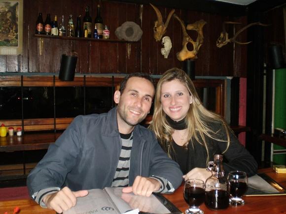 Sana e o marido no La Pulperia no Uruguai Blog Vem Por Aqui