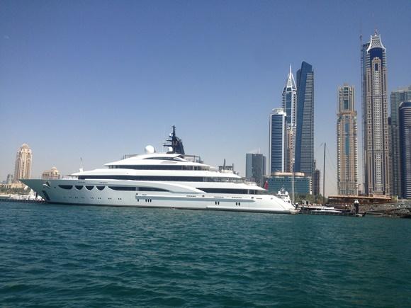 Barco na marina de Dubai Blog Vem Por Aqui