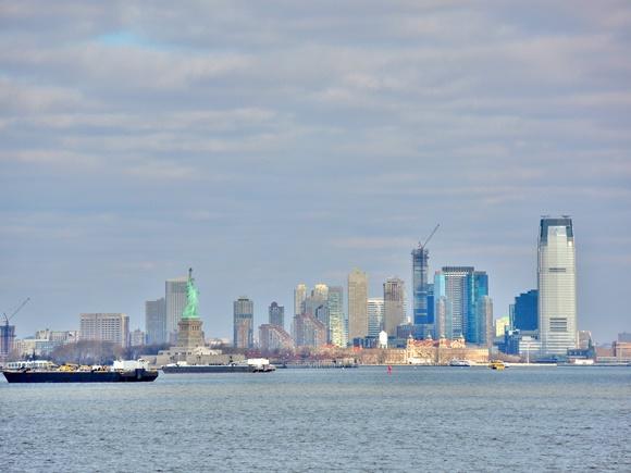 Ferryboat passando em frente à Estátua da Liberdade em Nova Iorque Blog Vem Por Aqui