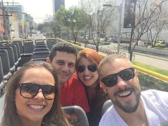 Érika Gimenes e amigos no ônibus da linha turística da Cidade do México