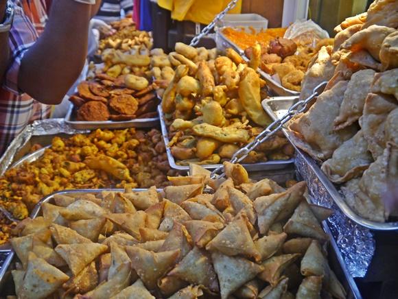 Frituras numa barraquinha de um dos mercados de Dubai Blog Vem Por Aqui