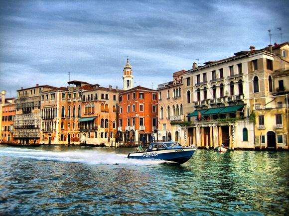 Barco da polícia em Veneza Blog Vem Por Aqui