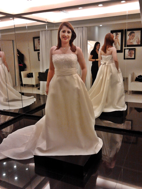 Érika provando vestido de noiva