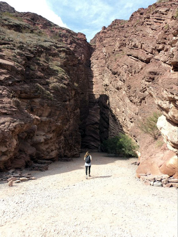 Agustina andando no meio de um rochedo Blog Vem Por Aqui