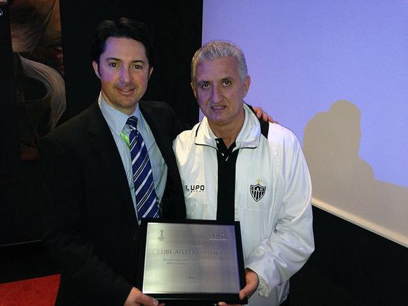 Eduardo Maluf recebendo uma homenagem da Fifa pelo Atlético