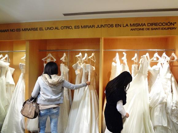 Amigas de Érika escolhendo vestidos de noiva