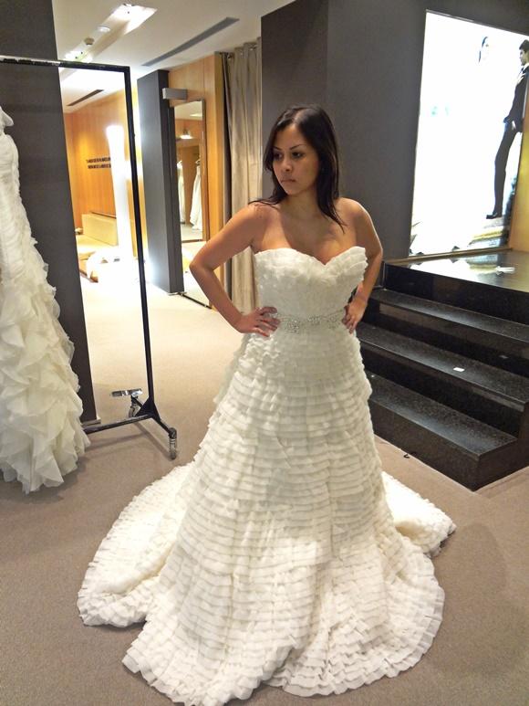 Nath provando vestido de noiva Blog Vem Por Aqui