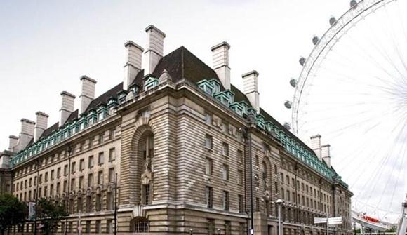 Fachada do hotel Premier Inn com a London Eye ao fundo Blog Vem Por Aqui