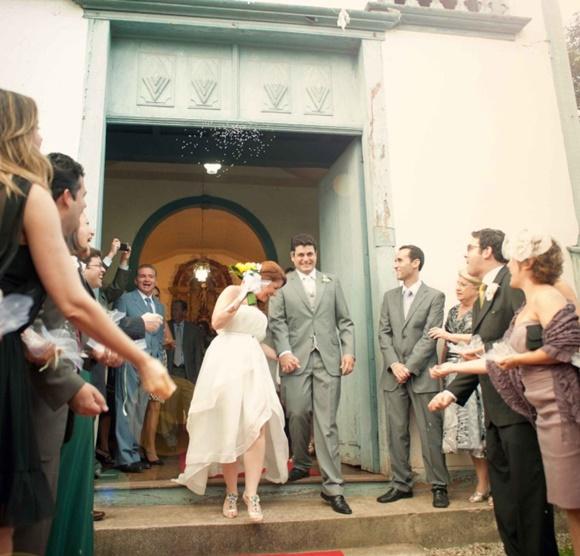 Érika e o marido saindo da igreja no dia do casamento