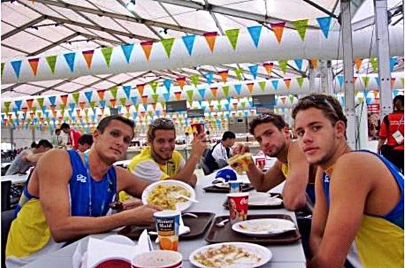 Rogério Romero e outros nadadores na Vila Olimpica em Atenas Blog Vem Por Aqui
