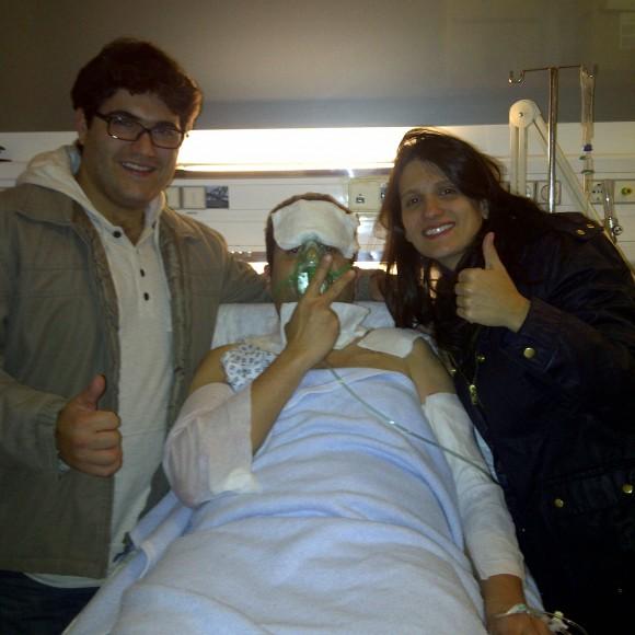 Mateus no hospital com a irmã e o cunhado Blog Vem Por Aqui