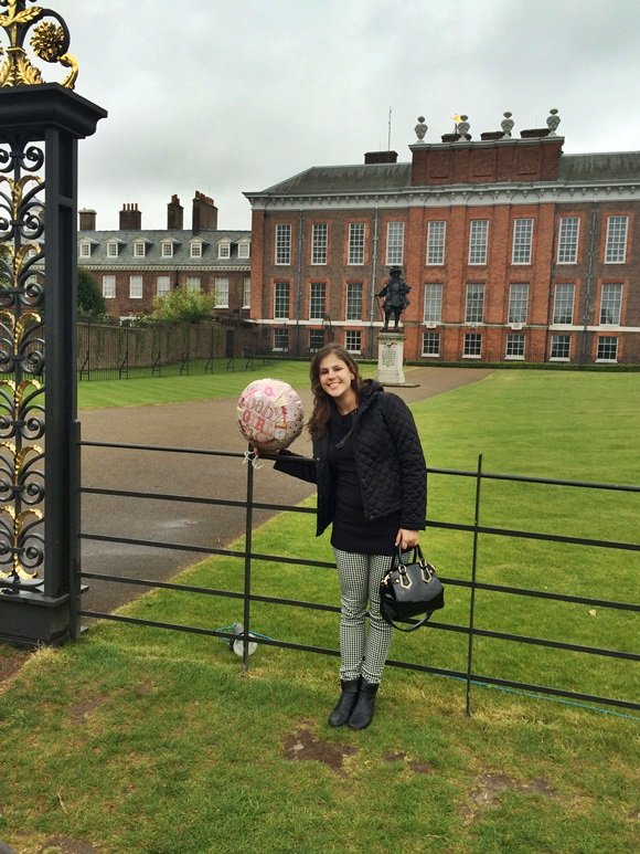 Diana em frente ao Palácio de Kensington Blog Vem Por Aqui