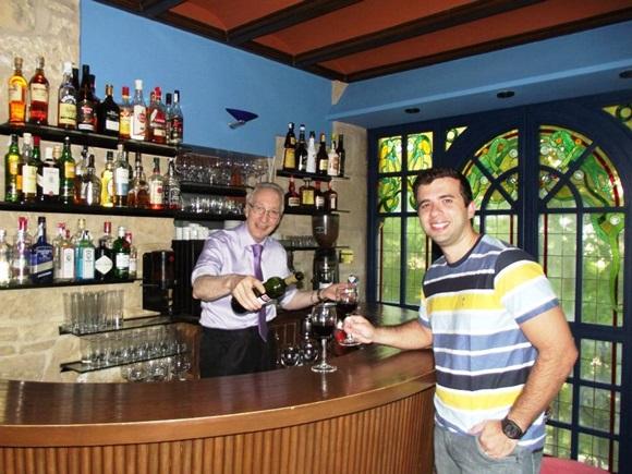 Javier, o proprietário do hotel e Igor, irmão de Érika Blog Vem Por Aqui