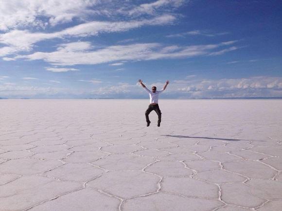 Breno Romano pulando alto no Salar de Uyuni Blog Vem Por Aqui