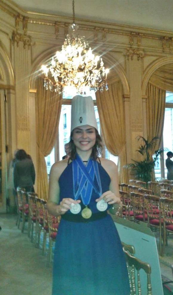 Mariana e as medalhas que ganhou no fim do curso Blog Vem Por aqui