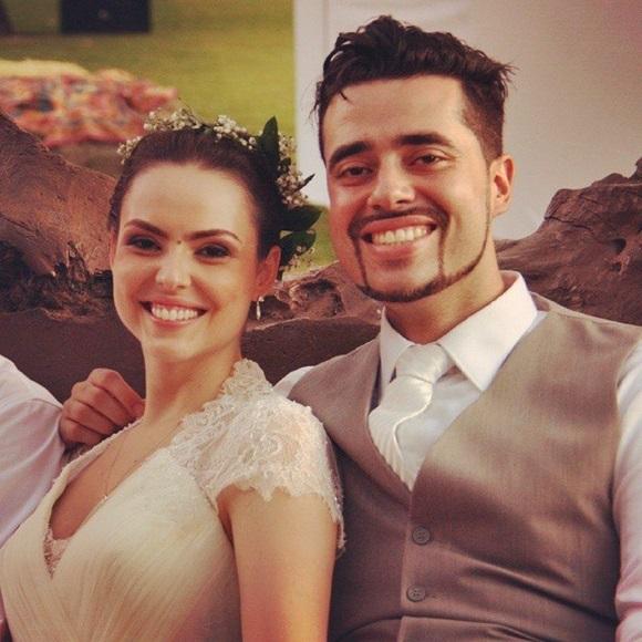 Mari e o marido no dia do casamento Blog Vem Por Aqui