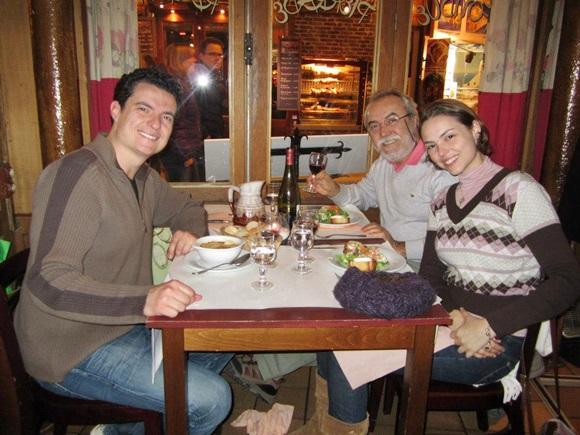 Mari nos primeiros dias em Paris com o pai e o irmão Blog Vem Por Aqui
