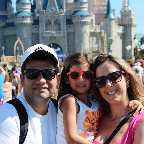 Izabela com o pai e a mãe, na Disney Blog Vem Por Aqui