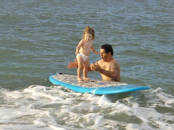 Izabelle bebê na prancha com o pai Blog Vem Por Aqui