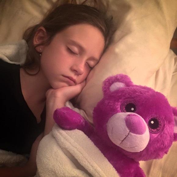Bellinha dormindo com a ursa Pimpa Blog Vem Por Aqui