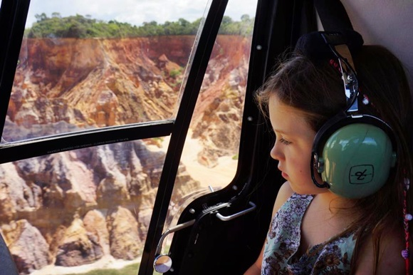 Bella no helicóptero sobrevoando a costa brasileira Blog Vem Por Aqui
