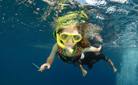 Izabelle mergulhando com snorkel e máscara