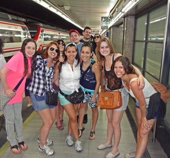 Érika e amigos na estação de trem, indo para o PortAventura Blog Vem Por Aqui