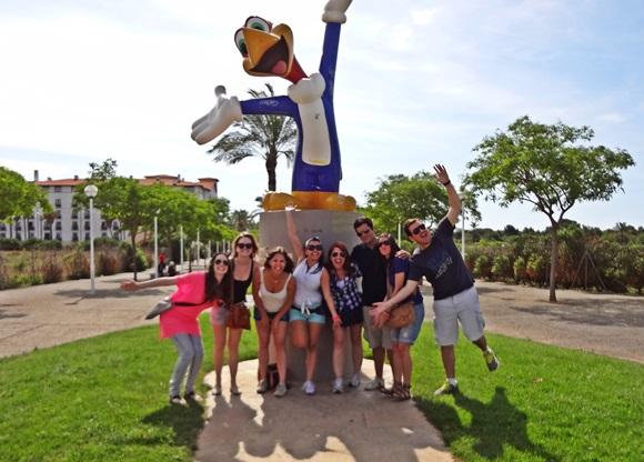 Érika e os amigos em frente ao Pica-Pau do PortAventura Blog Vem Por Aqui