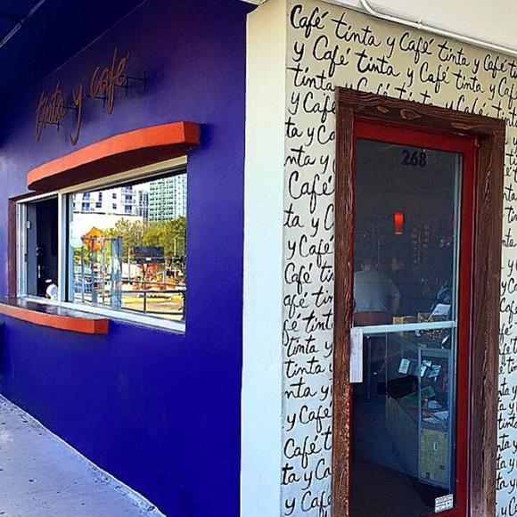 Janela para atendimento de pedestres do Tinta y Café e porta lateral de entrada Blog Vem Por Aqui