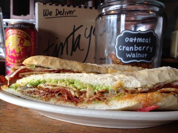 Sanduíche cubano do Tinta e Café no pão de sal com carne e molhos Blog Vem Por Aqui