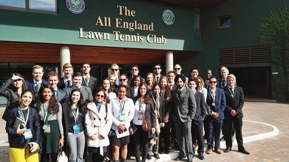 Aline e os colegas de mestrado e no alto a placa do The All England Lawn Tennis Club Blog Vem Por Aqui