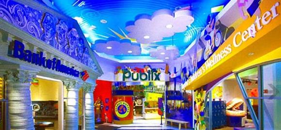 Parte central do Miami Children´s Museum com reprodução de banco e supermercado Blog Vem Por Aqui