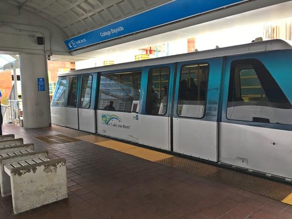 Vagão do metromover parado na estação Blog Vem Por Aqui
