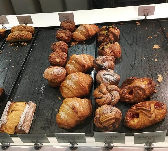 Vitrine do Bachou com croissants, folhados e bolos, mas já meio vazia Blog Vem Por Aqui