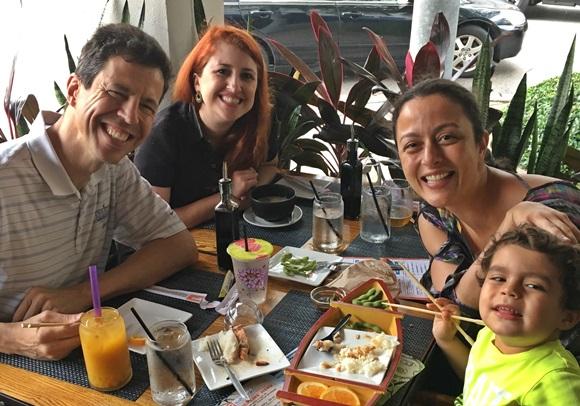 No sentido horário: Patrick Tokarski, Érika Gimenes, Érika Schunk e Gabriel. Todos com comida e bebidas no centro da mesa Blog Vem Por Aqui