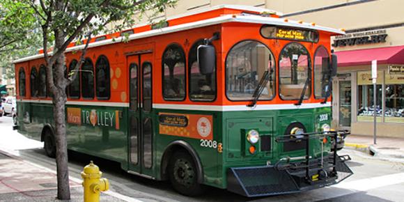 Carro do trolley de Miami, como um vagão de trem laranja e verde Blog Vem Por Aqui