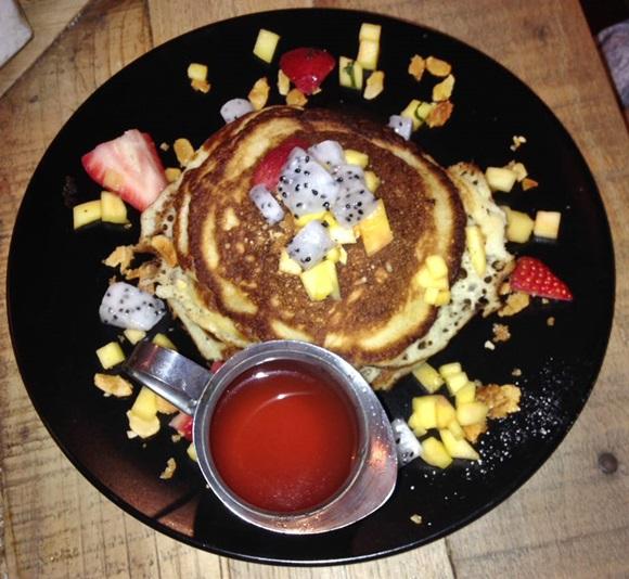 Prato com panquecas e frutas picadas e potinho com mapple syrup Blog Vem Por Aqui