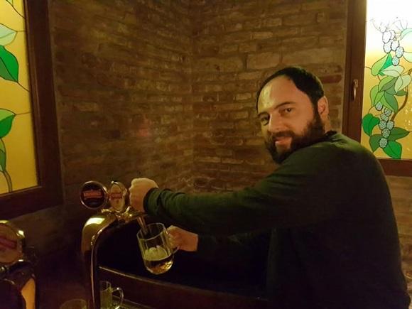 Paulo tirando um chopp de uma das torneiras liberadas do Spa Blog Vem Por Aqui