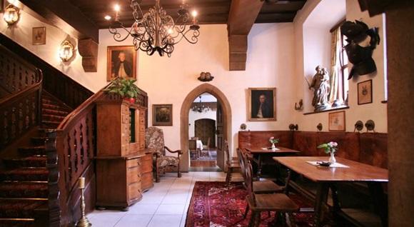 Recepção do Eisenhut com escadaria de madeira e mesa e móveis do mesmo material Blog Vem Por Aqui
