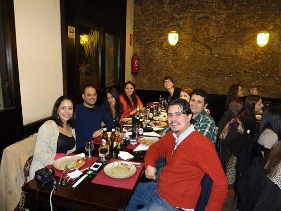 Mesa com vários colegas de Érika no amigo oculto da turma do Máster em 2011 Blog Vem Por Aqui