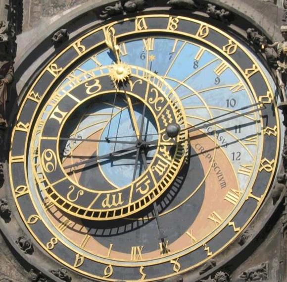 Parte central da torre do Relógio AstronÇomico com dois circulos e duas posições de números, além de uma de signos Blog Vem Por Aqui